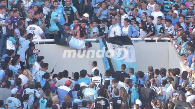 Hincha arrojado desde la tribuna tiene muerte cerebral — Emanuel Balbo