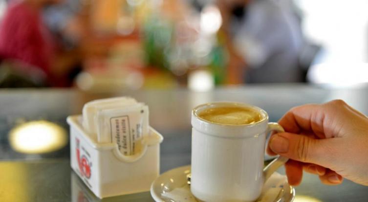 Prohíben exhibir azúcar en las mesas de bares y restaurantes