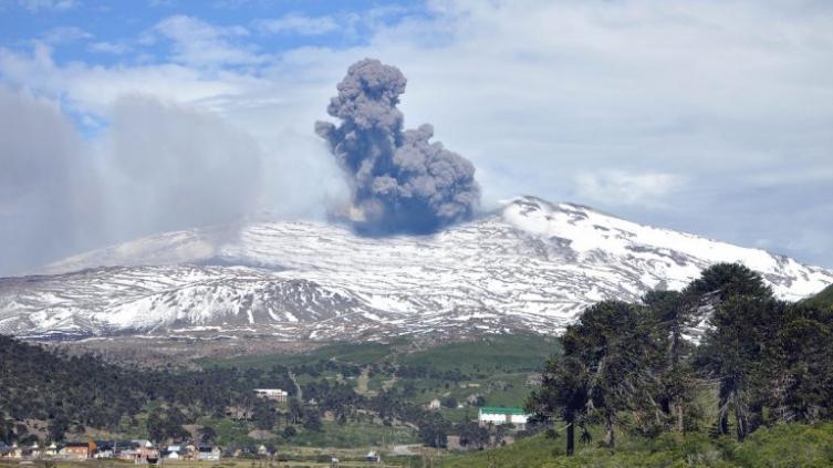 El volcán Copahue pasó a tener alerta amarilla y recomiendan no acercarse