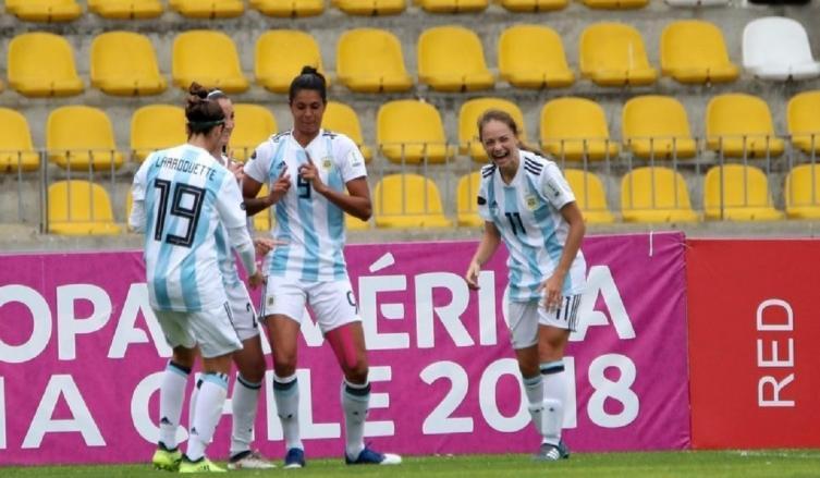 Soledad Jaimes celebra su gol el primero de la Selección Argentina en el triunfo por 2-0 sobre Venezuela