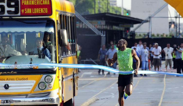 Usain Bolt en su paso por Buenos Aires, cuando corrió contra el colectivo 59 en el Metrobus. (Marcelo Carroll)
