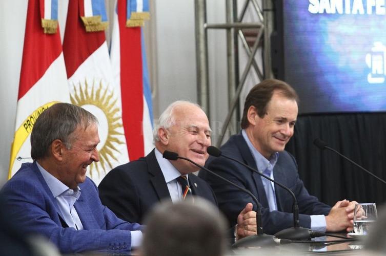 Los gobernadores de Córdoba, Santa Fe y Entre Ríos durante la firma del acuerdo. Foto:Pablo Aguirre