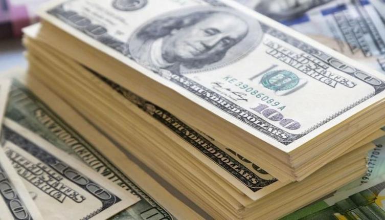 Dólar y Riesgo País bajaron luego de un pico histórico