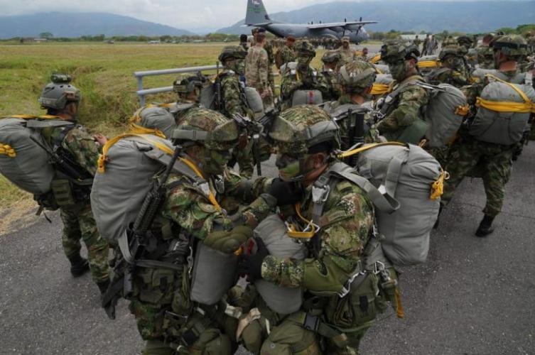 Ejercicios de paracaidismo EE.UU.-Colombia en desafío a Venezuela